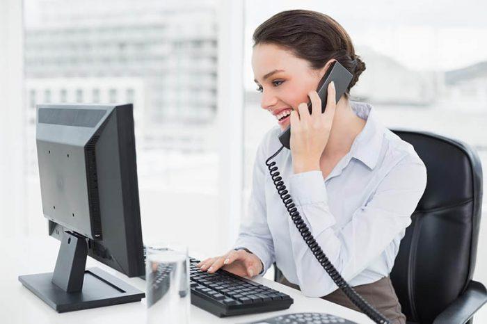 atendente carismatico vendendo por telefone