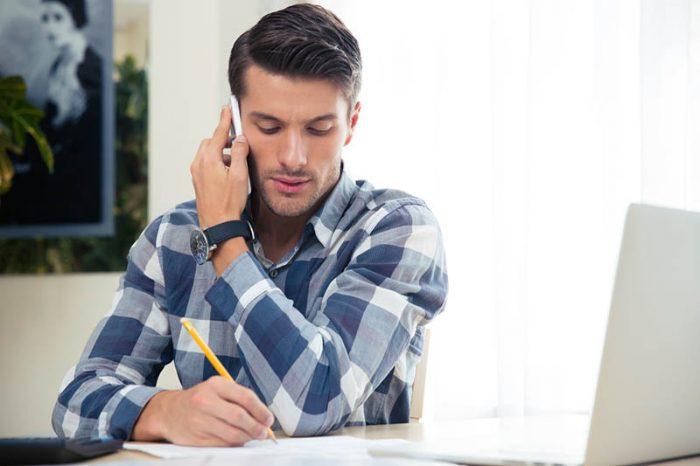atendente anotando informaçoes venda por telefone
