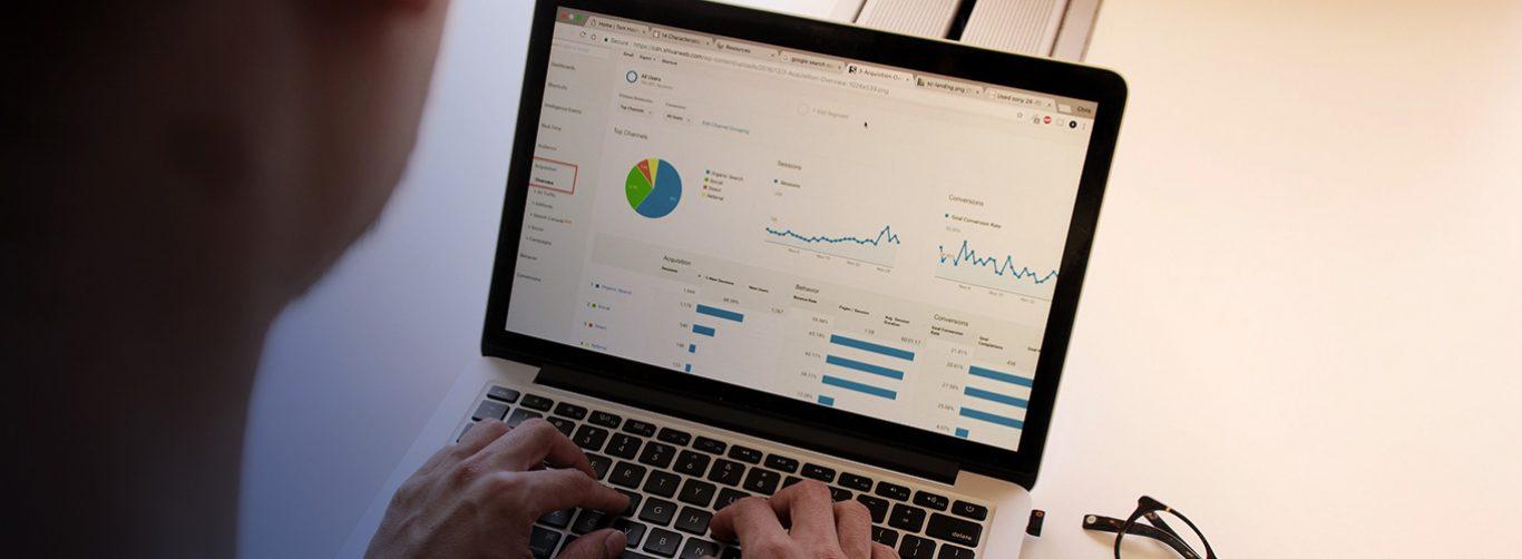 tela de computador com gráficos ilustrativos do Data studio
